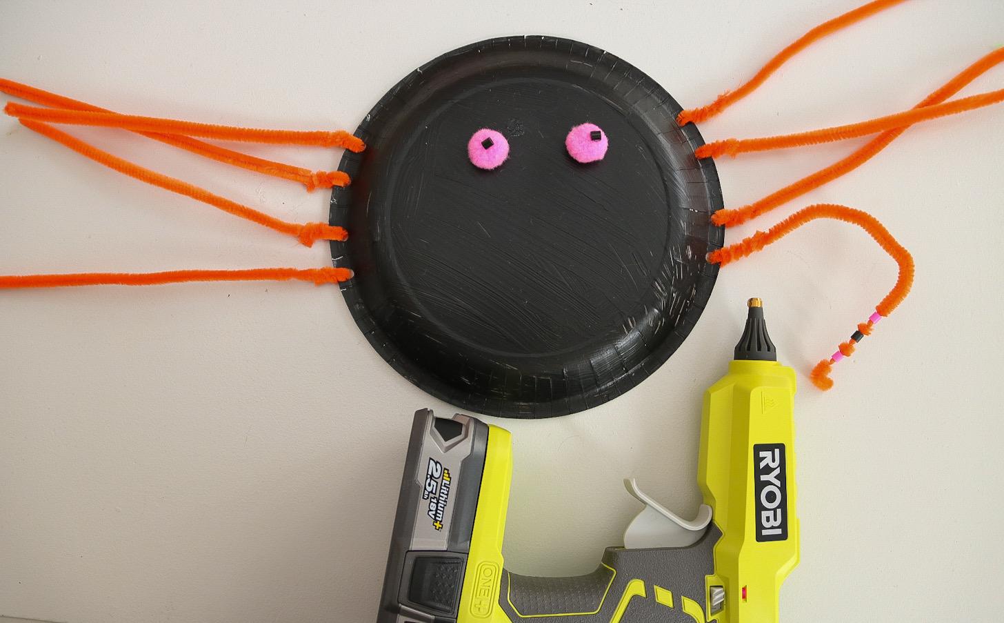 Spindel av en papptallrik