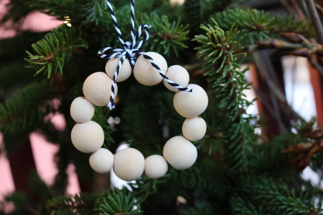 Julpyssel med träkulor