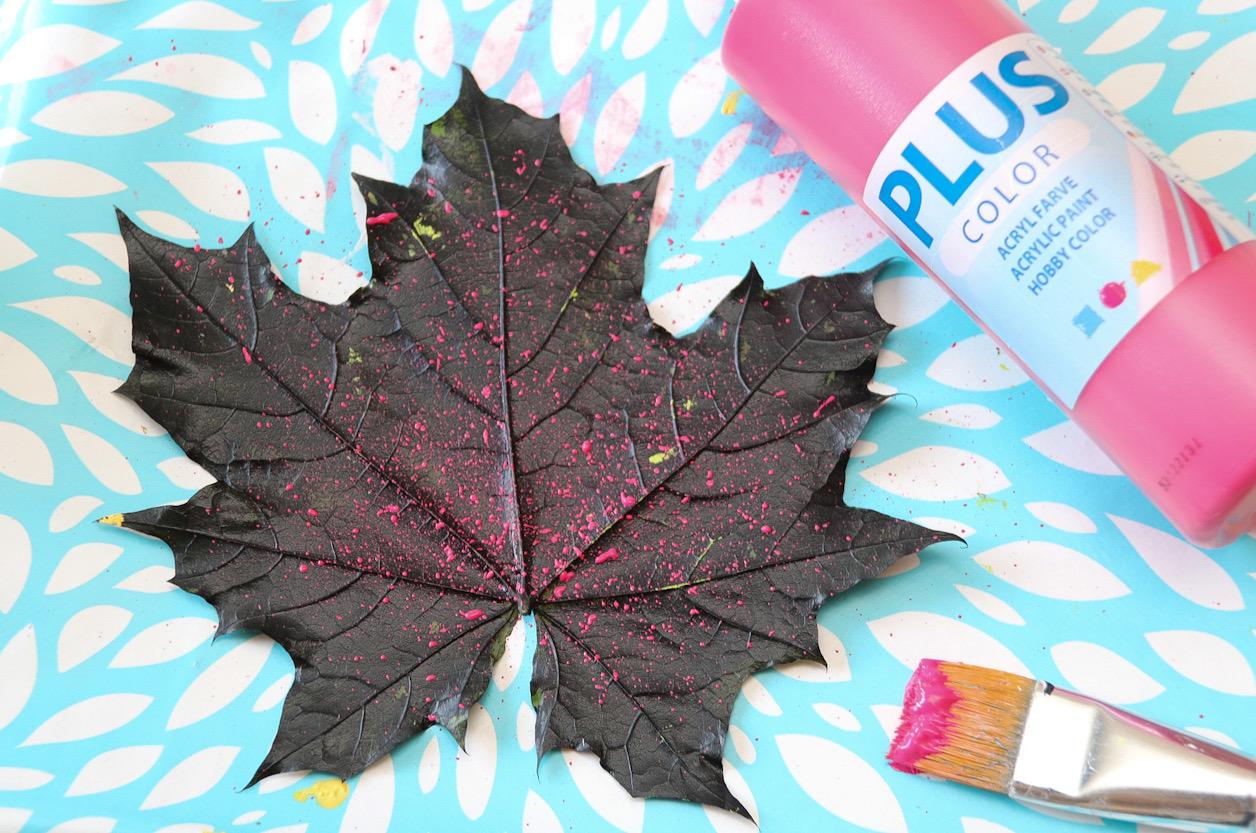 Måla löv stänkfärg